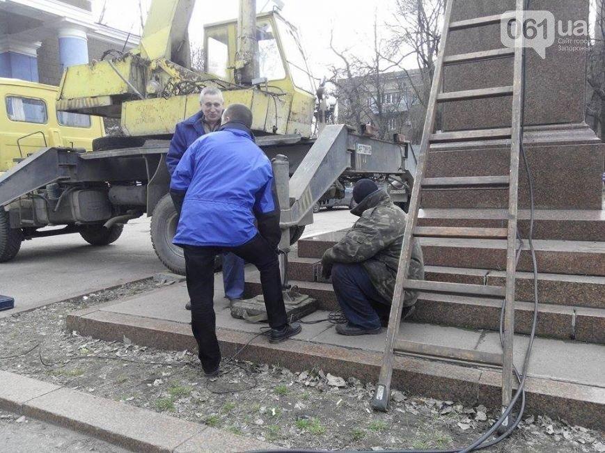 В Запорожье сносят памятник Кирову возле одноименного ДК, - ФОТО, - обновляется (фото) - фото 1