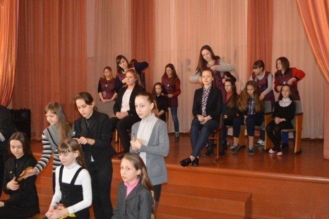 Школьниц Бахмута научили заплетать косы (фото) - фото 1