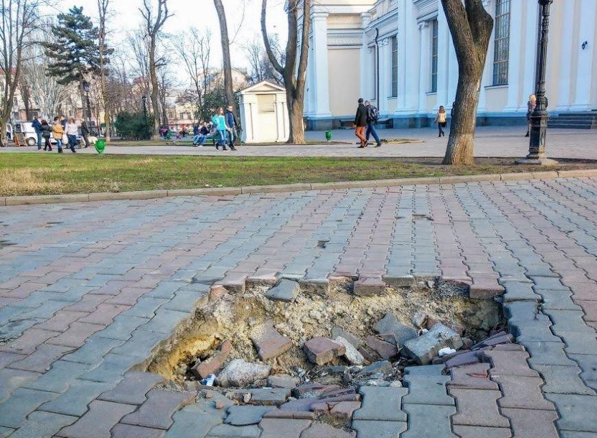 На одесской Соборке тротуар ушел под землю (ФОТО) (фото) - фото 1