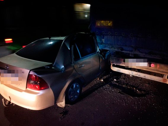 В Житомире водитель легковушки протаранил грузовик и оказался в больнице (фото) - фото 1