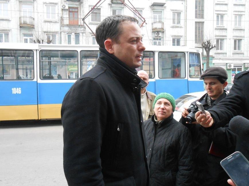 В Днепродзержинске презентовали отремонтированные трамваи и первую смарт-остановку (фото) - фото 3