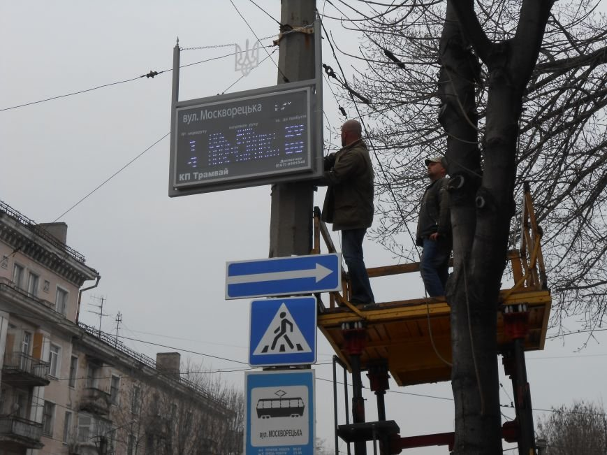 В Днепродзержинске презентовали отремонтированные трамваи и первую смарт-остановку (фото) - фото 1