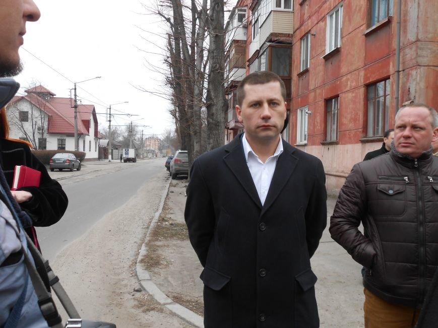 В Днепродзержинске презентовали отремонтированные трамваи и первую смарт-остановку (фото) - фото 6