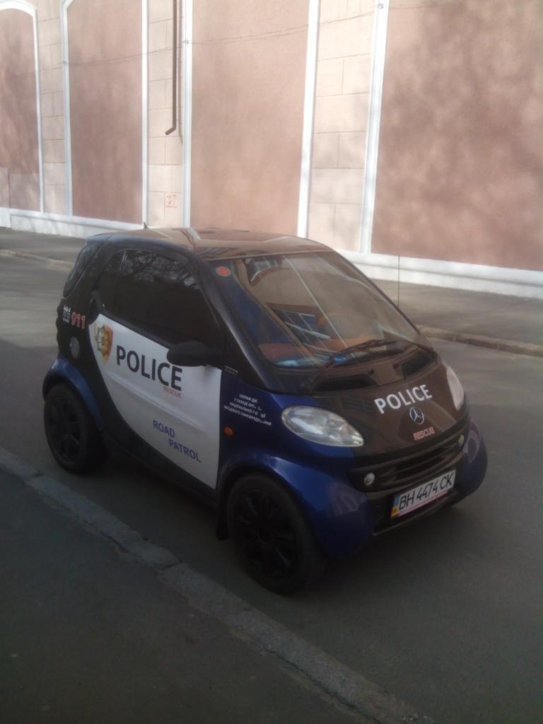 6c32a35fb0e69324098cfb38eb2cb9fc В Одессе обнаружили самую миниатюрную машину полицейских