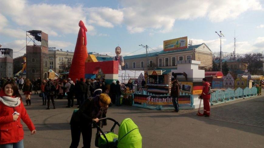 На площади Свободы готовятся встречать Масленицу (фото) (фото) - фото 1