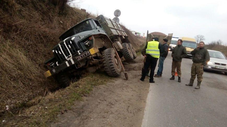 Поблизу Львова у військової вантажівки відмовили гальма (ФОТОФАКТ), фото-1
