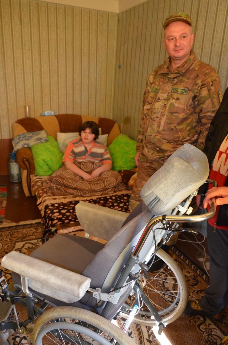 В Соледаре школьнику-переселенцу военные и волонтеры оказали помощь, фото-1