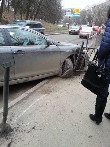 На вул. Сахарова сталася аварія за участі маршрутки та двох автівок (ФОТО) (фото) - фото 1