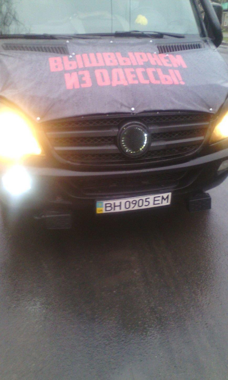По Одессе ездит микроавтобус с призывами против Михаила Саакашвили (фото) - фото 3
