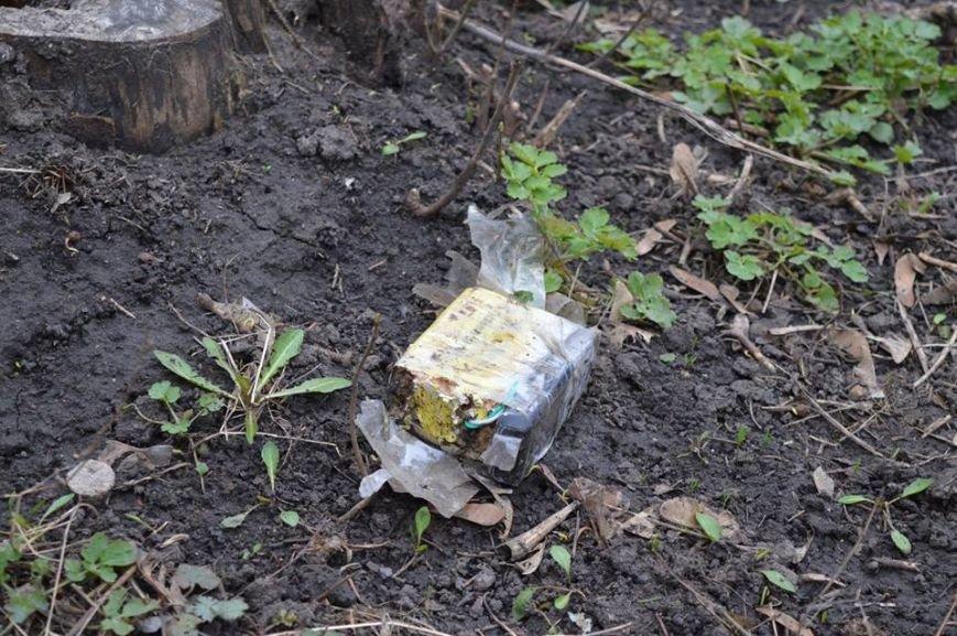 Недобрая шутка в центре Красноармейска: взрывоопасный предмет оказался простой коробкой из-под тротиловой шашки (фото) - фото 2
