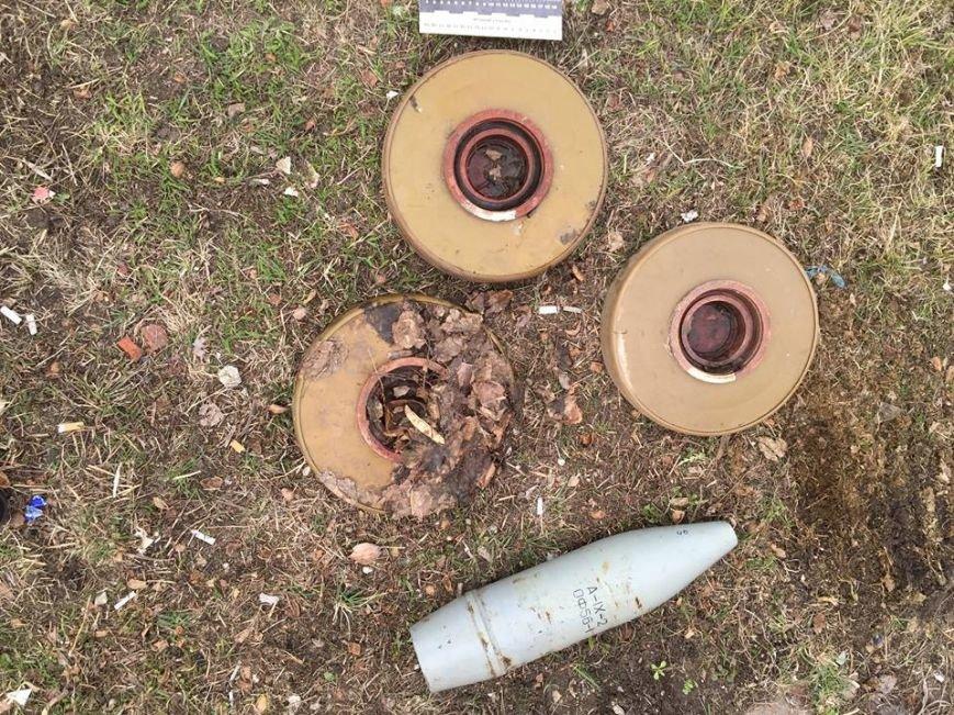 В Красноармейском районе правоохранители изъяли у молодого человека 3 противотанковые мины и крупнокалиберный снаряд (фото) - фото 2