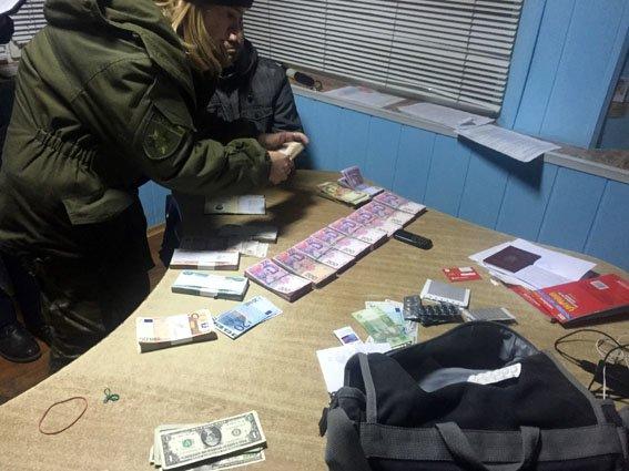 Вблизи Бахмута задержан автомобиль с крупной суммой денег и банковскими карточками (фото) - фото 1