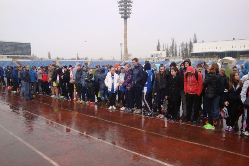Симферопольских школьников вывели по дождем сдавать нормы ГТО (ФОТО) (фото) - фото 1