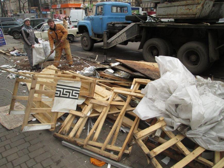 417c86b3a3d98198efb02c5c8815c9ac На Новом рынке в Одессе спиливают деревья и сносят ларьки