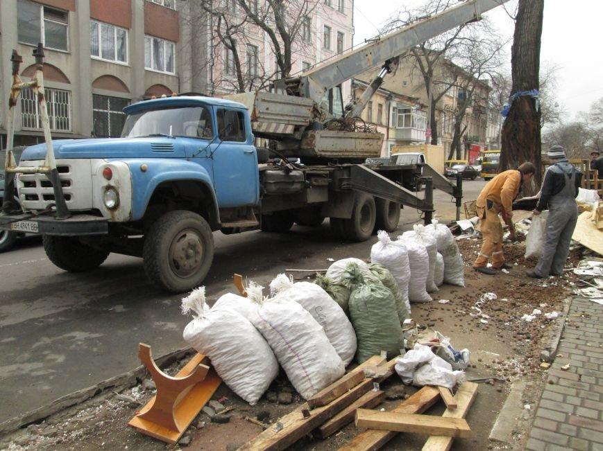 5be974f3cbae04825c17d88546015136 На Новом рынке в Одессе спиливают деревья и сносят ларьки