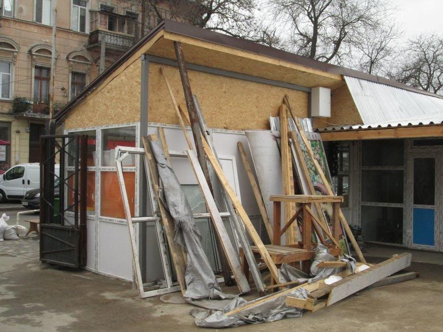 6387a87d67d92758b2ba232dbcb1b78a На Новом рынке в Одессе спиливают деревья и сносят ларьки