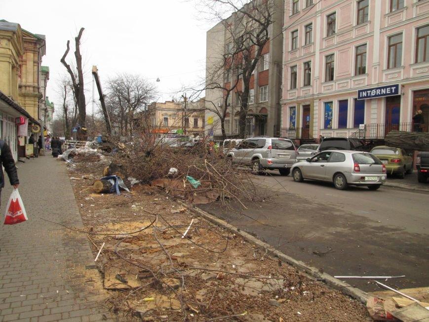 acbac16e6f92308b07d50635e7145944 На Новом рынке в Одессе спиливают деревья и сносят ларьки