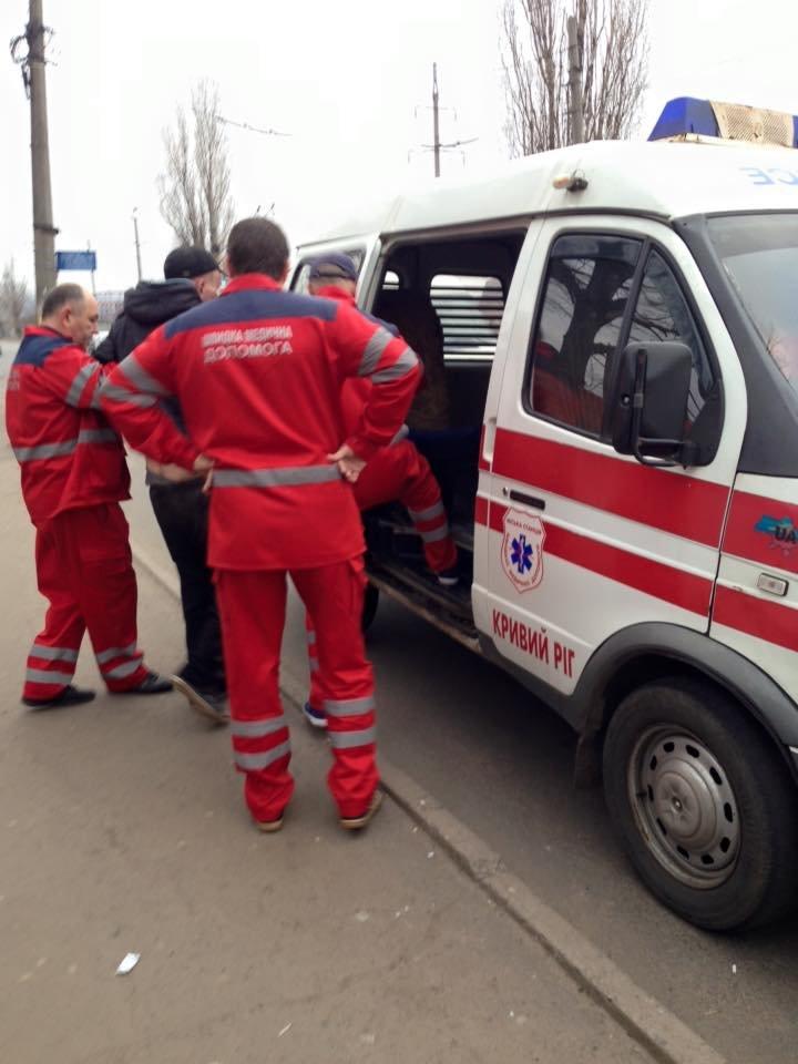 Криворожане безразлично проходили мимо парня, лежащего на проезжей части дороги (ФОТО), фото-3