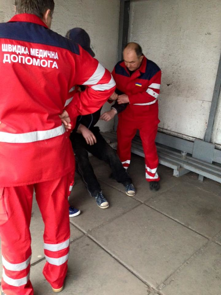 Криворожане безразлично проходили мимо парня, лежащего на проезжей части дороги (ФОТО), фото-4