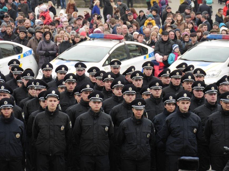 На Театральному майдані склали присягу нові патрульні поліцейські (Фото) (фото) - фото 1