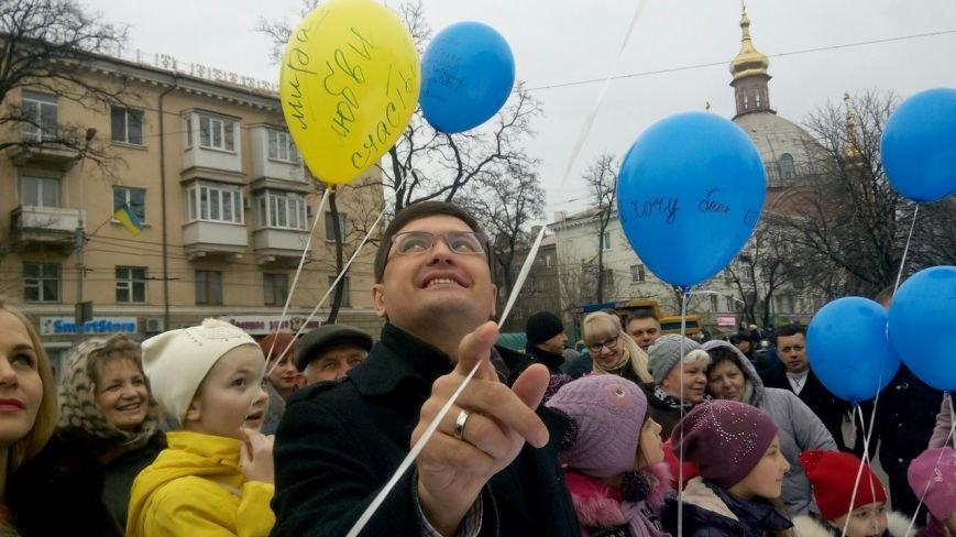 В Мариуполе на Масленницу испекли карту Украины, а самый сильный человек тащил самосвал (ФОТО+ВИДЕО) (фото) - фото 1