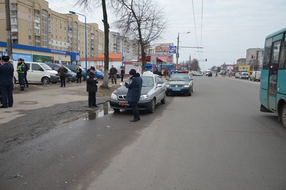 В Житомире полиция задержала автомобиль такси с неадекватным водителем (фото) - фото 1