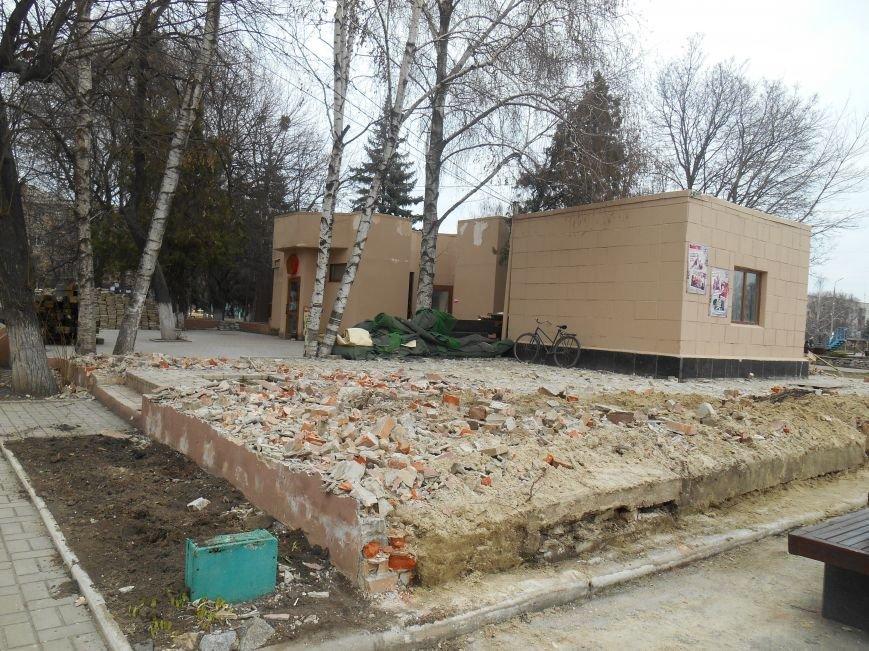 На центральной площади Славянска демонтируют кафе (фото) - фото 3