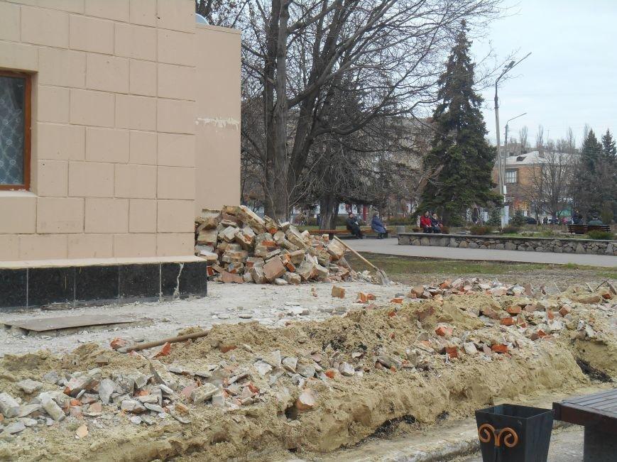 На центральной площади Славянска демонтируют кафе (фото) - фото 1