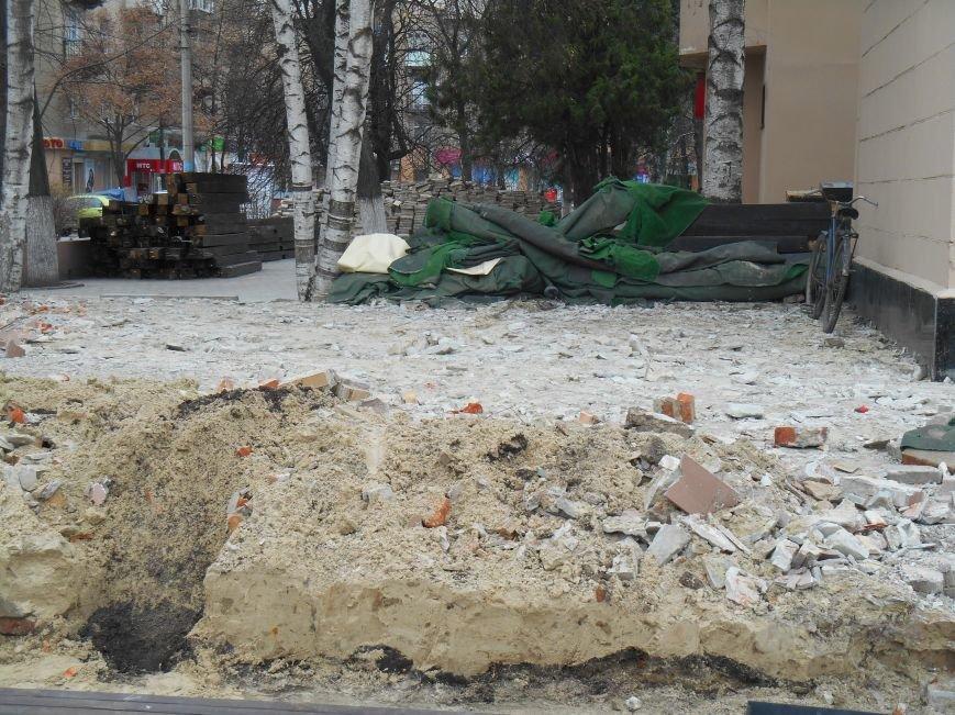 На центральной площади Славянска демонтируют кафе (фото) - фото 2