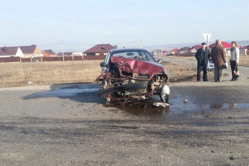 В Белгородской области легковушка столкнулась с тягачом (фото) - фото 1