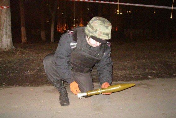 Пьяный мужчина пугал людей в Чернигове противотанковой гранатой (фото) - фото 1