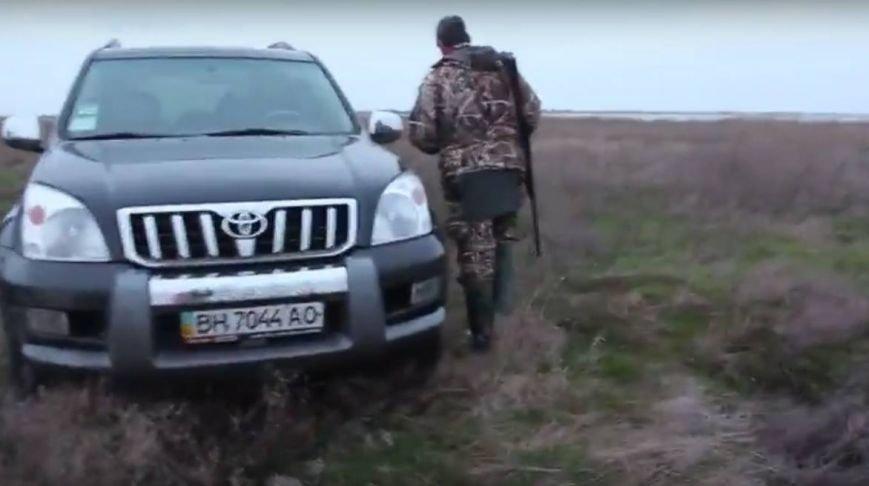 a2436a20b77d518eb880881a3912ea4b Вооруженный милиционер в отставке протащил на двери авто директора одесского заповедника