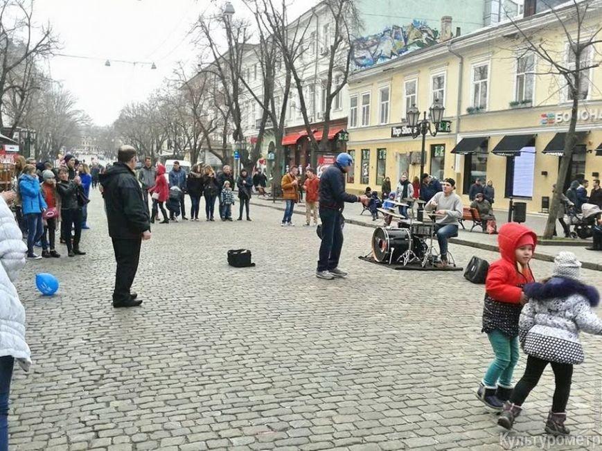 В Одессе мужчина, представившись полицейским, прогонял с Дерибасовской уличных музыкантов (ФОТО, ВИДЕО) (фото) - фото 1