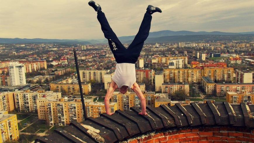 В Ужгороді естримал показав, як стоїть на руках на 100 башні. Відео (фото) - фото 1
