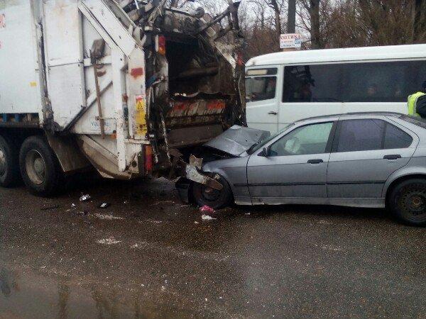 ДТП на Байкальской: легковушка въехала в зад мусоровозу (фото) - фото 4