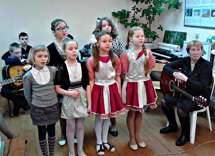 Как подростки из клуба «Юность» поздравляли матерей песнями и танцами, фото-2