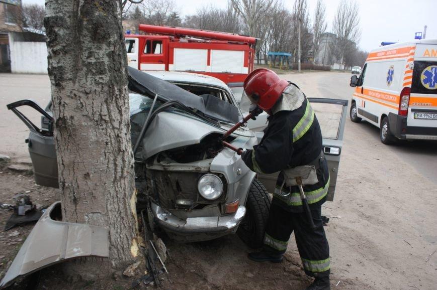 В Кировограде Волга протаранила дерево: два человека пострадали (ФОТО), фото-1