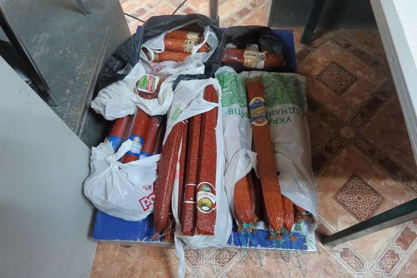 Украинцы пытаются тайком провезти в Крым мясо, колбасы и живых кур (ФОТО), фото-1