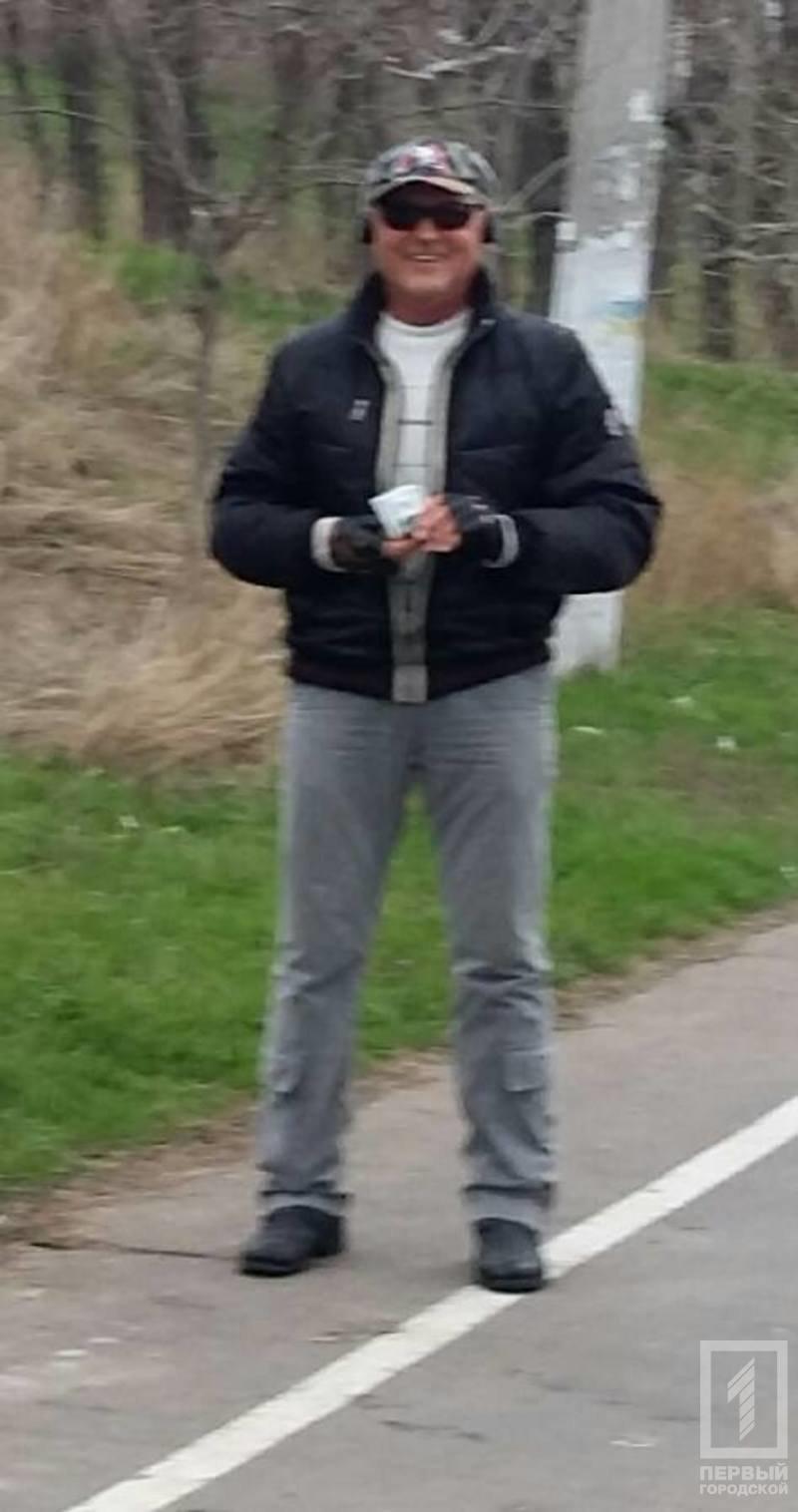 В Одессе мужчина разбрасывал по улице стодолларовые купюры (ФОТО) (фото) - фото 1