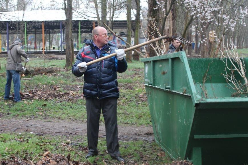 К празднику в Симферополе моют бордюры и парапеты, убирают в парках (ФОТО) (фото) - фото 4