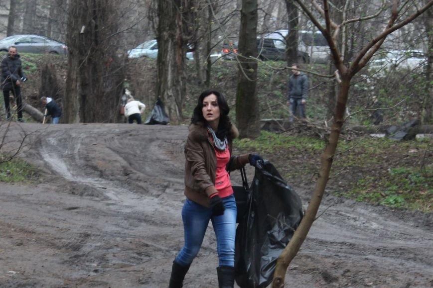К празднику в Симферополе моют бордюры и парапеты, убирают в парках (ФОТО) (фото) - фото 2