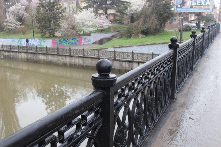 К празднику в Симферополе моют бордюры и парапеты, убирают в парках (ФОТО) (фото) - фото 9