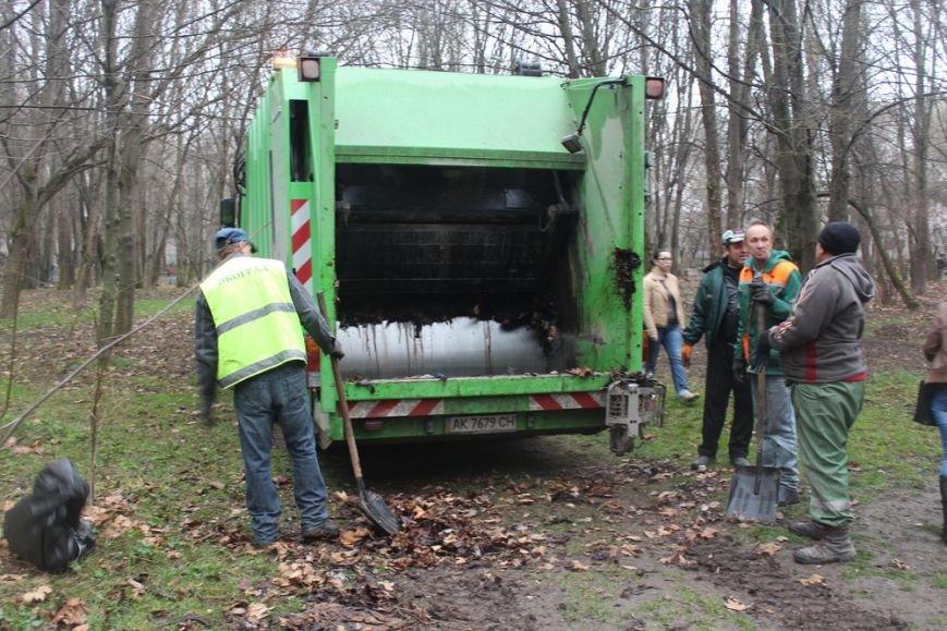 К празднику в Симферополе моют бордюры и парапеты, убирают в парках (ФОТО) (фото) - фото 3