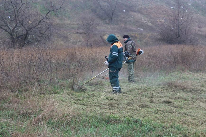 К празднику в Симферополе моют бордюры и парапеты, убирают в парках (ФОТО) (фото) - фото 6