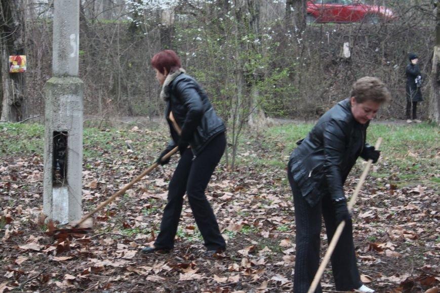 К празднику в Симферополе моют бордюры и парапеты, убирают в парках (ФОТО) (фото) - фото 1