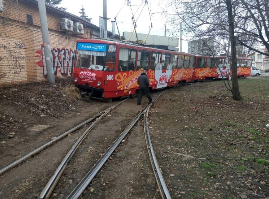 В Днепропетровске трамвай сошел с рейс (ФОТОФАКТ) (фото) - фото 2