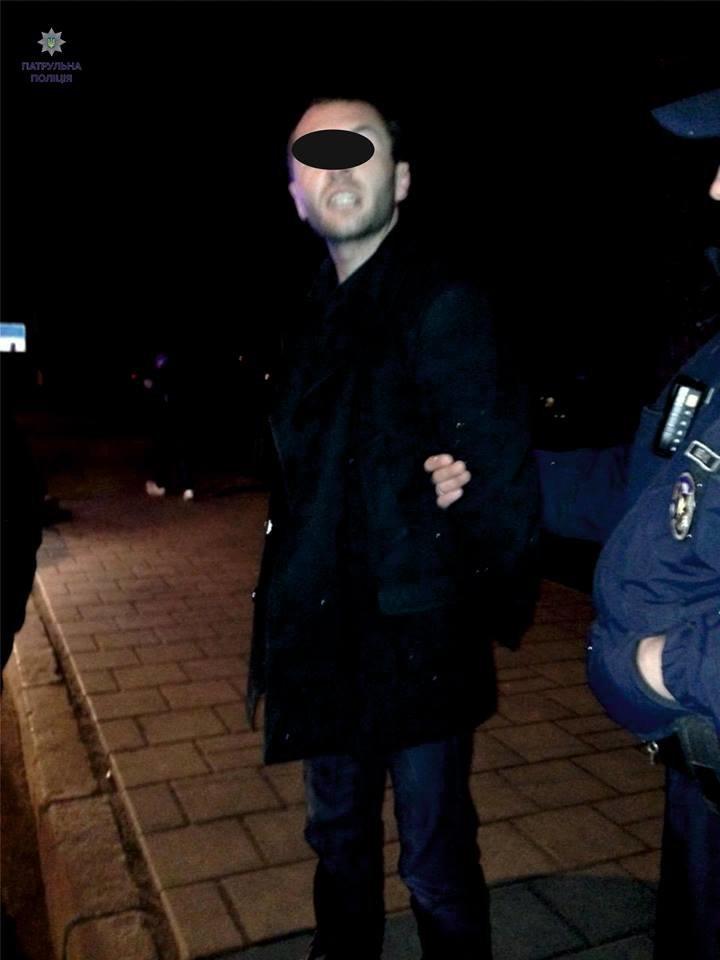 П'яний водій наїхав на зупинку громадського транспорту та зачепив пішохода (ФОТО), фото-1