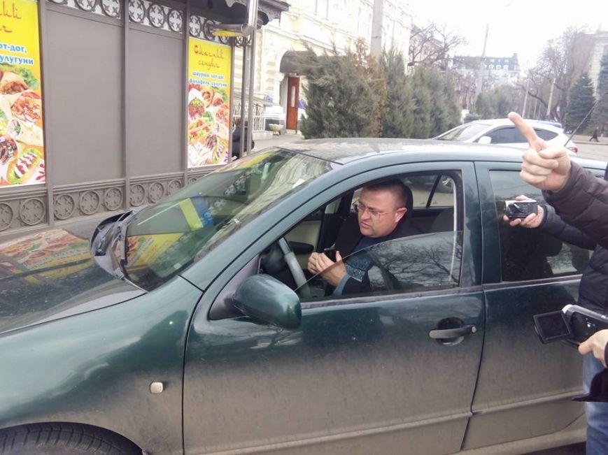 В центре Одессы общественники пристыдили полицейского, который припарковался на остановке (ФОТО) (фото) - фото 1