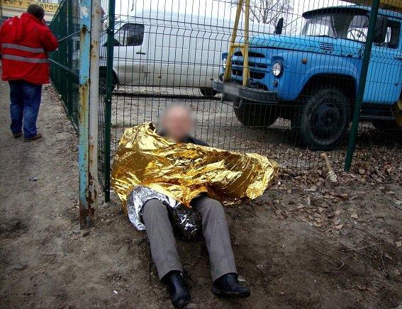 На Оболони мужчина с топором угрожал прохожим (ФОТО) (фото) - фото 1