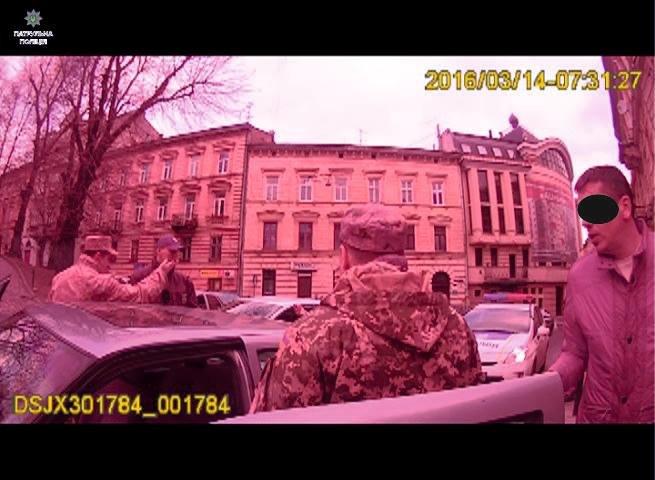 Нетверезий екс-правоохоронець покинув свою автівку посеред дороги та влаштував сканал із патрульними (ФОТО), фото-1